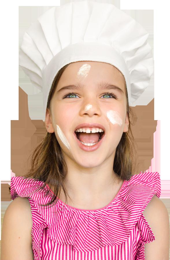 Menina celíaca com chapéu de cozinheira, blusa rosa e manchas de farinha no rosto